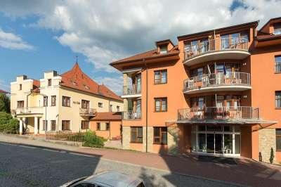 Vila Antoaneta (vpravo) je propojena s Vilou Petřín (vlevo)