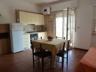 Kuchyňský kout a jídelní stůl jsou součástí apartmánu