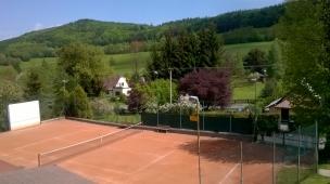 Pohled z apartmánu na tenisový (více účelový) kurt.