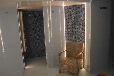 Sprcha v relaxační místnosti wellness