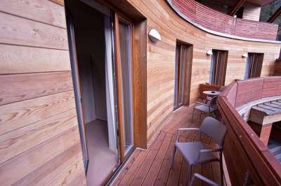 Balkony před pokoji