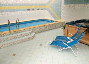 Vnitřní bazén s lehátky a vířivkou