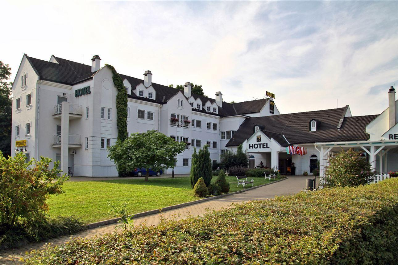 Hotel MY — Hosty hotelu na první pohled upoutá překrásná venkovní úprava i velmi elegantní interiér a prvotřídně vybavené pokoje s kapacitou 120 lůžek.