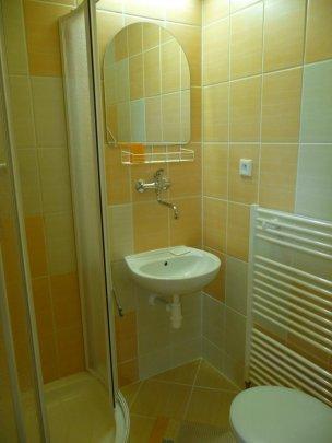 Koupelna se sprchovým koutem - žlutá