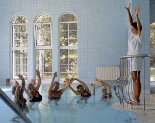 Cvičení ve vnitřním bazénu