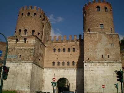 Aurelianovy hradby a Porta San Sebastiano foto