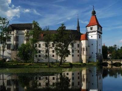 Vodní zámek Blatná a park s daňky foto
