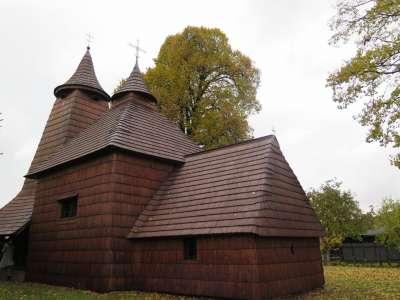 Dřevěný chrám v Tročanech foto