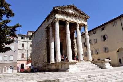 Augustův chrám foto