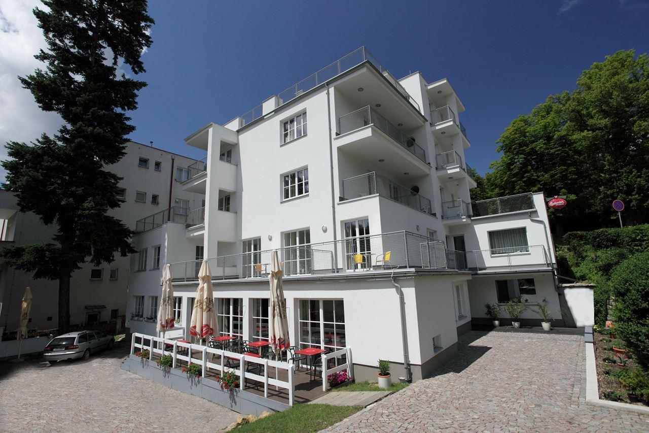 Poloha hotelu je ideální, nachází se v klidném místě lázeňského parku s léčivým pramenem Aloiska a zároveň v těsné blízkosti centra, však stranou jeho ruchu.