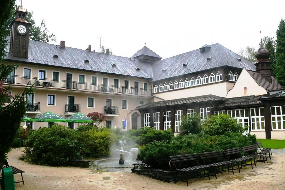 TERMÁLNÍ LÁZNĚ Velké Losiny tvoří komplex 4 budov - hlavní hotel Eliška, Sanatorium Šárka, lázeňská vila Gazárka a lázeňský dům Chaloupka. Součástí Termálních lázních je Wellness hotel Diana, který nabízí profesionální služby stejně jako ostatní hotely sítě ROYAL SPA.