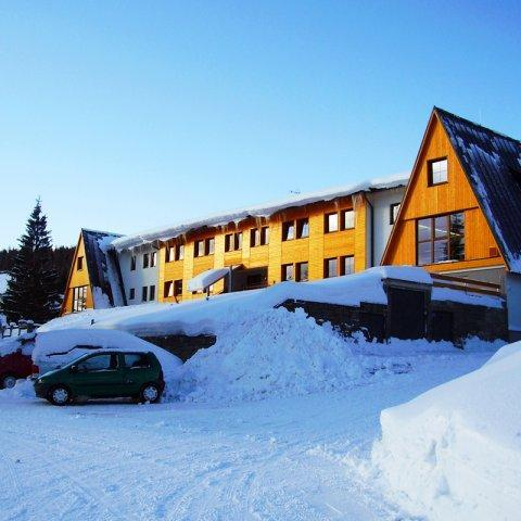 Hotel Brans*** se nachází v Malé Morávce v samotném srdci Jeseníků přímo pod Pradědem, pouhé 3 kilometry od Karlovy Studánky nedaleko Bruntálu a Rýmařova.