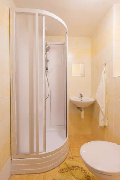 Šestilůžkový pokoj v budově Přízemí - koupelna