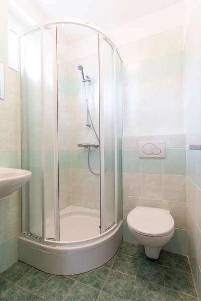 Čtyřlůžkový pokoj v budově Přízemí - koupelna