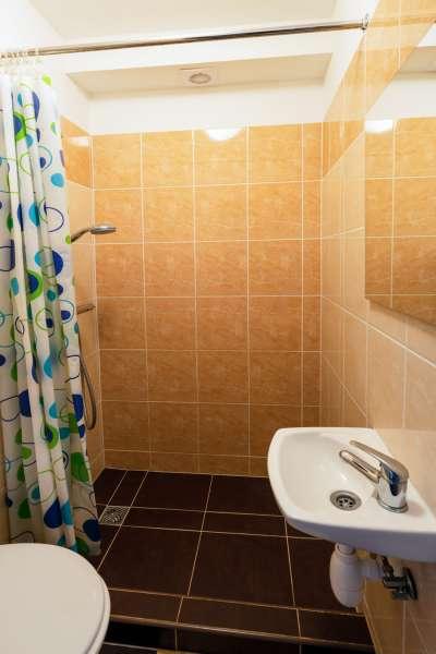 Šestilůžkový pokoj v budově B - koupelna