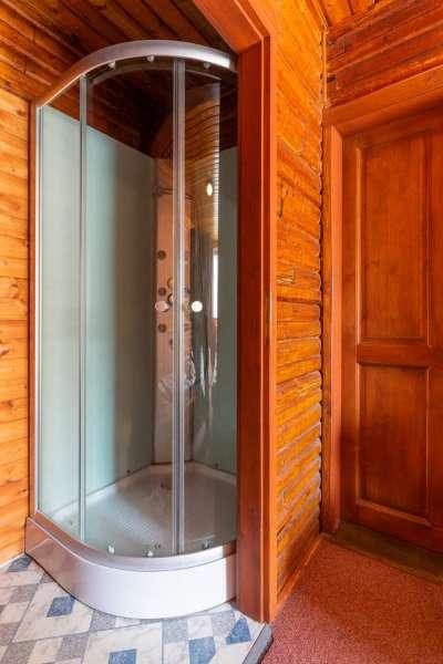 Šestilůžkový apartmán v budově A - sprcha