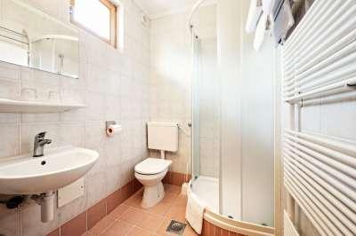 koupelna v pokoji v depandanci hotelu