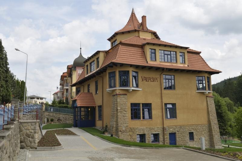 Kulturní památka hotel VILA VALAŠKA Luhačovice byla postavena roku 1907 podle významného slovenského architekta Dušana Jurkoviče. Prvky architekta Jurkoviče zde vidíte na každém kroku. Moderní bílý nábytek nádherně kontrastuje s jasně modrou barvou na oknech či červenou na stěnách.