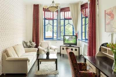 Obývací pokoj ve dvoulůžkovém apartmá s prvky architektury Dušana Jurkoviče