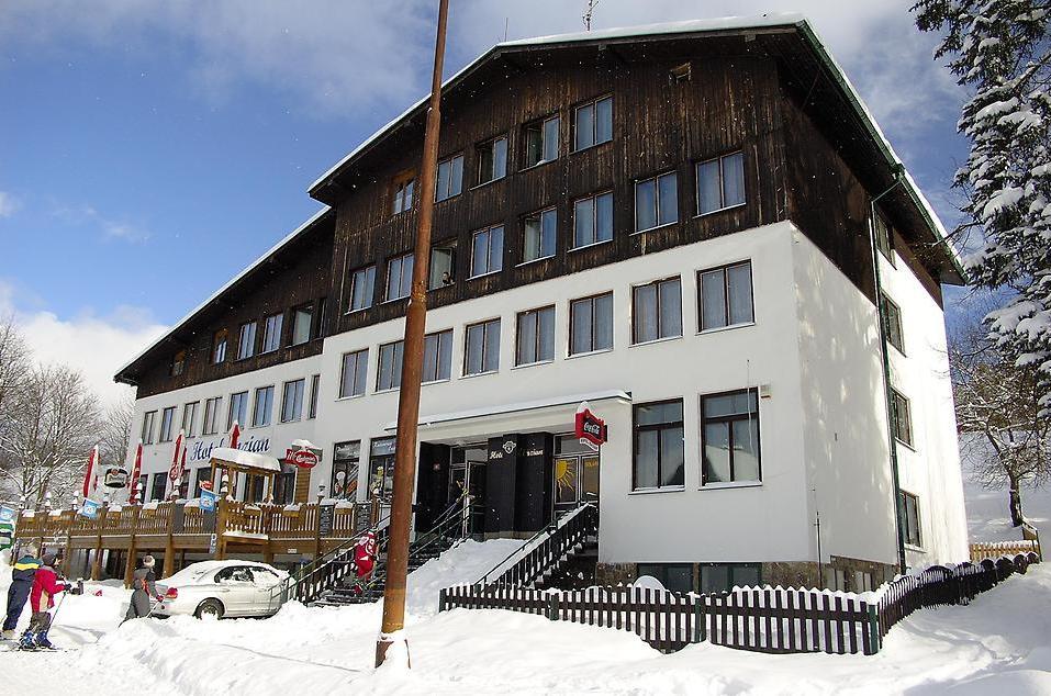 Hotel se nachází na okraji města Železná Ruda cca 200 m od nádraží.