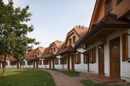 Řada bungalovů ze zadní strany