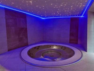 Whirlpool Jaccuzi ve vnitřní části wellness centra