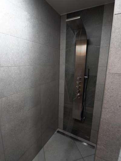 Sprchy ve vnitřní části wellness centra
