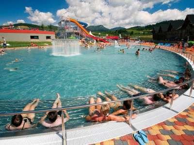 Venkovní bazén s čirou vodou