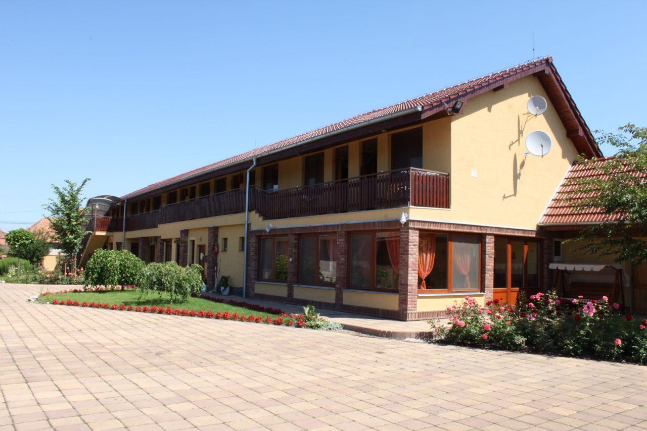 Vila Azur je nově postavený, útulný dům vhodný pro všechny věkové kategorie. Hostům nabízí komfortní ubytování ve Veľkém Mederu 600 m od termálního koupaliště.