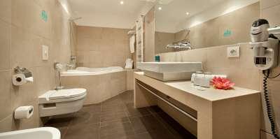 Koupelna ve dvoulůžkovém Junior Suite