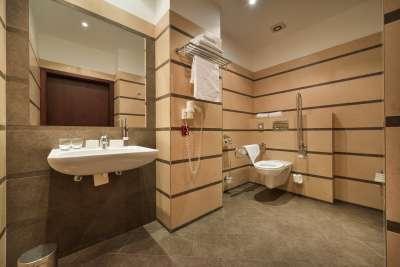 Koupelna ve dvoulůžkovém bezbariérovém pokoji