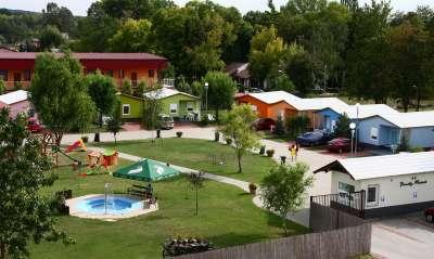 V areálu se nachází i dětský bazén a dětské hřiště.