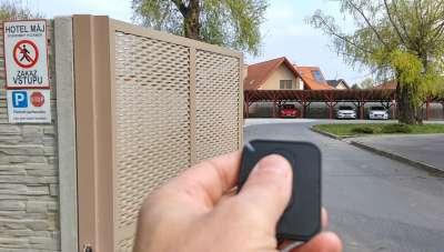 Na parkoviště se dostanou pouze hoteloví hosté díky dálkovému ovládání.