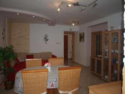 Obývací pokoj s jídelním posezením.