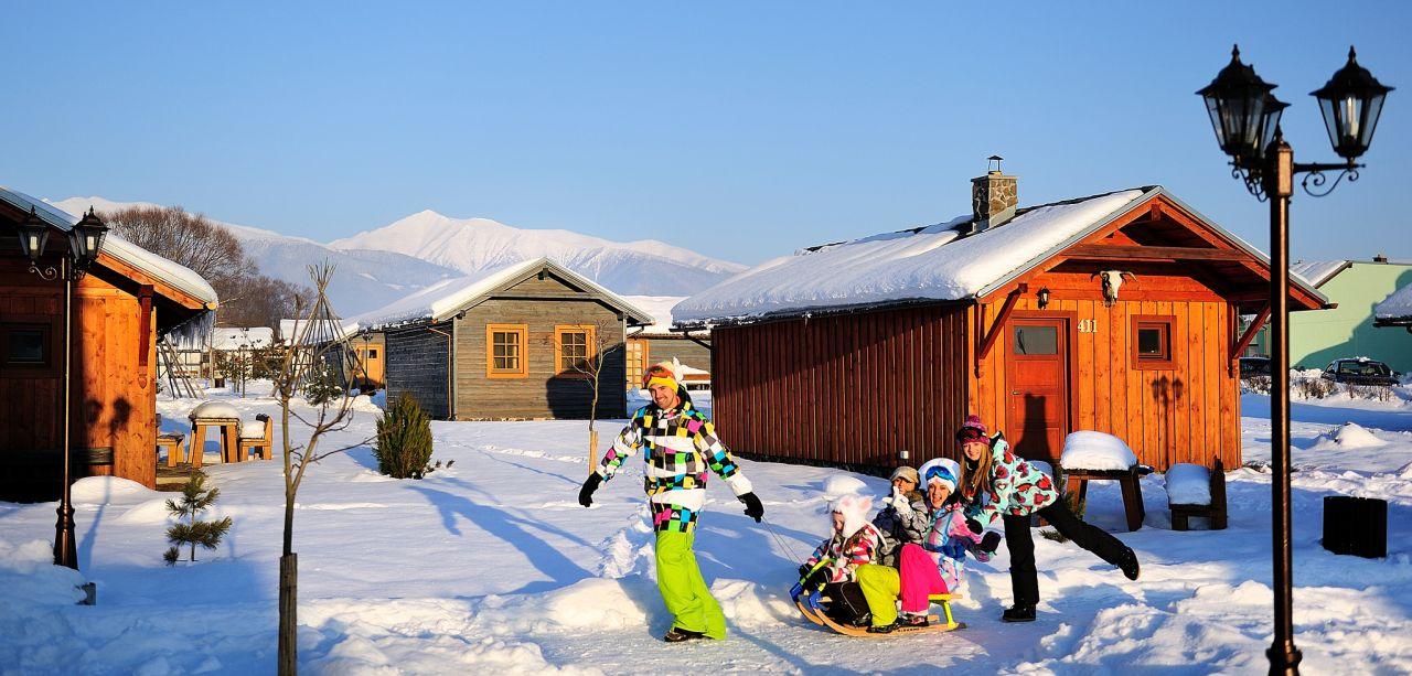 Jedinečná prázdninová dědinka Holiday Village Tatralandia nedaleko Aquaparku Tatralandia si už také našla místo a svých stálých příznivců. Jedinečné ubytovaní je možné v 155 bungalovech a apartmánech s komfortním vybavením a silným zázemím, nonstop recepce, restaurace Zbojnícká koliba, minimarket, směnárna, Funny centrum, dětský koutek, půjčovna sportovních potřeb, sportovní hřiště, Winter Park All Inclusive.