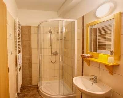 Dvoulůžkový pokoj s přistýlkou v Kolibě - koupelna
