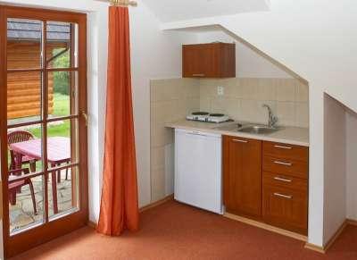 Dvoulůžkový pokoj v přízemí dřevěnice - kuchyňský kout