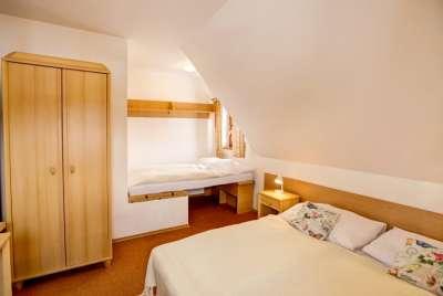 Dvoulůžkový pokoj se dvěma přistýlkami v podkroví dřevěnice