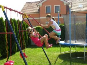 Dětské houpačky a trampolína