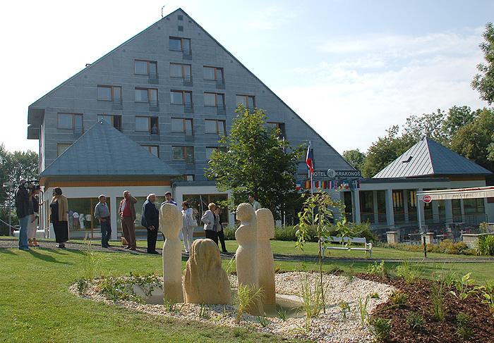Hotel Krakonoš *** se nachází v klidném prostředí nad městem a má ideální polohu pro rodinnou rekreaci, firemní školení a k provozování různých sportovních aktivit.