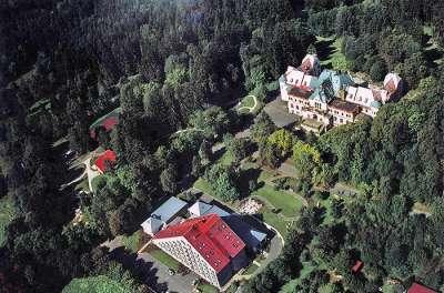 Hotel se nachází nedaleko centra Mariánských lázní a je obklopen malebnou přírodou a množstvím lesů.
