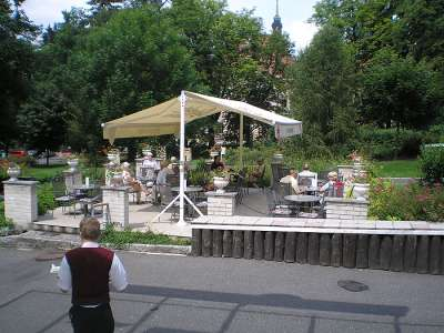 V létě můžete k posezení využít i terasu s výhledem do sochařského pohádkového ráje.