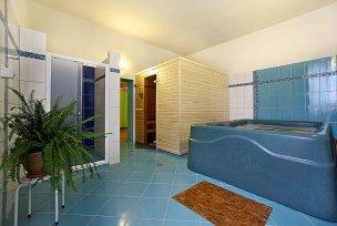 Vířivá vana a vchod do sauny